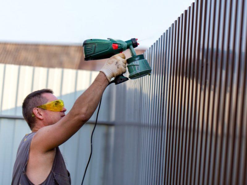 Metalinės tvoros dažymas